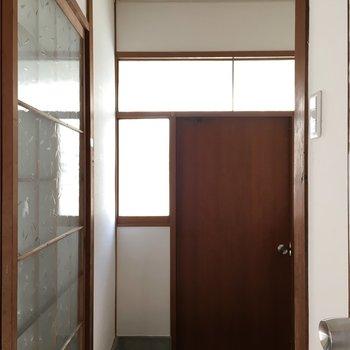 玄関はこちら。ブラウンの扉!※写真は清掃前のものになります。