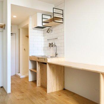 キッチン横に、鏡を置いて洗面台代わりとしても◎