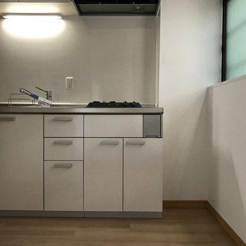 壁と同じ白いキッチン 収納もこれだけあれば十分でしょう!