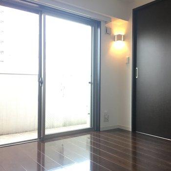 ベランダに面してて明るい。※写真は別室5階のものです。