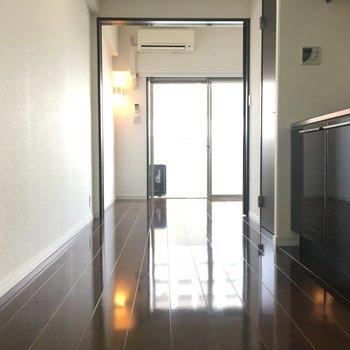 キッチンをはさんで向こう側にもうひとつのお部屋。※写真は別室5階のものです。