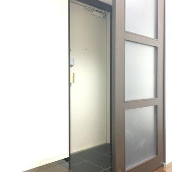 玄関。構造上お部屋がズドーンと丸見えにならないよう、すりガラスが。壁じゃないので圧迫感なし◎※写真は別室5階のものです。