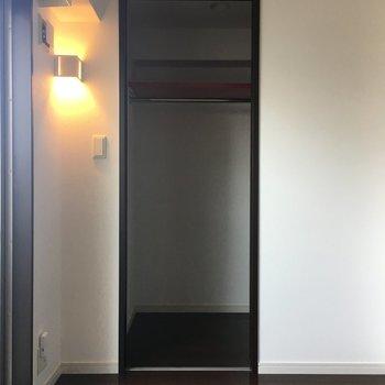 収納はここ。狭そう?いえいえ。※写真は別室5階のものです。