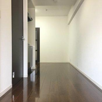 キッチンの横にドアがあります。※写真は別室5階のものです。