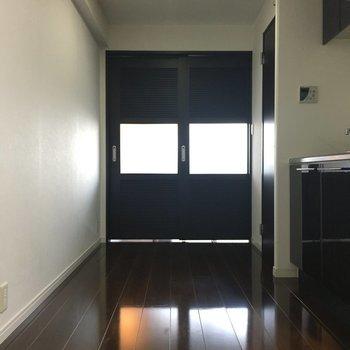 間仕切りはできますが、あえて開けてコの字をいかしたい。※写真は別室5階のものです。