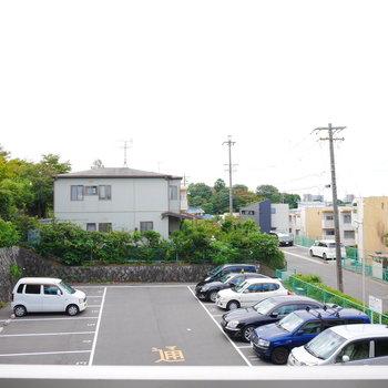 眺望は駐車場。高い建物はありません。