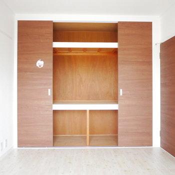 洋室各部屋こんな大きな押入れがあって上の方まで目一杯使えそう
