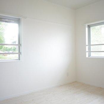 東側の洋室も6帖でこちらは2面採光