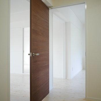 玄関を開けるとキッチンとリビングどちらも直通です!