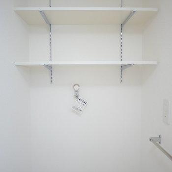 洗濯機置場には便利な棚付き