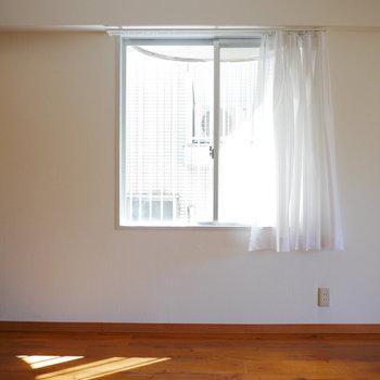 角部屋なので東側にも窓があります