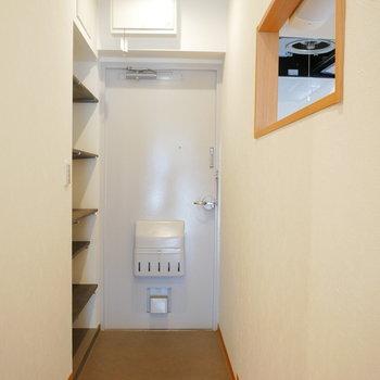 玄関の横にある靴箱はオープンな可動棚