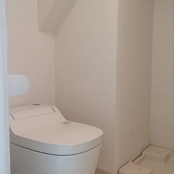 タンクレストイレでスッキリと。その奥には洗濯機。※写真は1階の反転間取り別部屋です。