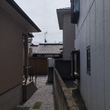 眺望はお隣さんのお庭を借景に。※写真は1階の反転間取り別部屋です。