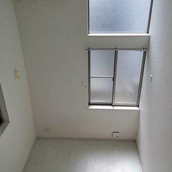 居室側の窓も天井まで明るい窓です。※写真は1階の反転間取り別部屋です。