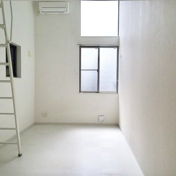 居室はこんな感じ。明るいです。※写真は1階の反転間取り別部屋です。