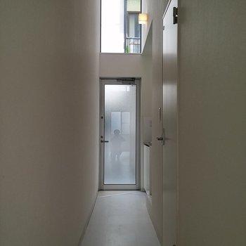 玄関側を見る。玄関ドアの上も窓なんです。※写真は1階の反転間取り別部屋です。