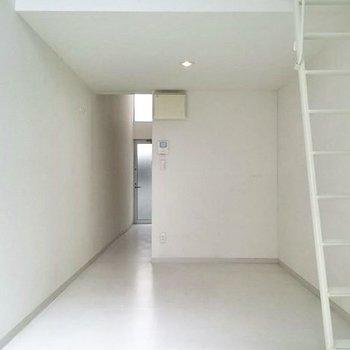 窓側から。それでは登ってみましょう。※写真は1階の反転間取り別部屋です。
