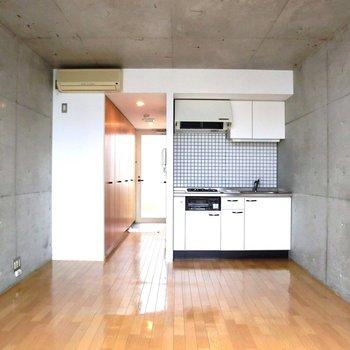 天井高め。※写真は2階の反転間取り別部屋です。
