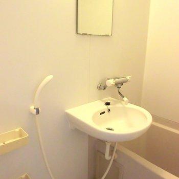 お風呂は普通。※写真は2階の反転間取り別部屋です。