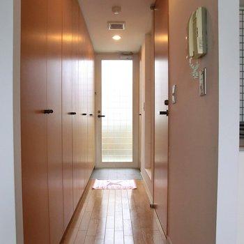 長〜い。収納が沢山。ここに洗濯機も収納。※写真は2階の反転間取り別部屋です。