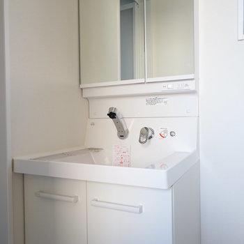 独立洗面台の横に洗濯機もうれしいです!※写真は2階の反転間取り別部屋です。