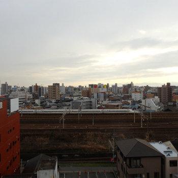 新幹線が走っています。名駅も直ぐ側。※写真は同じ間取りの別部屋