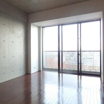 広々とした室内空間も魅力的※写真は同じ間取りの別部屋