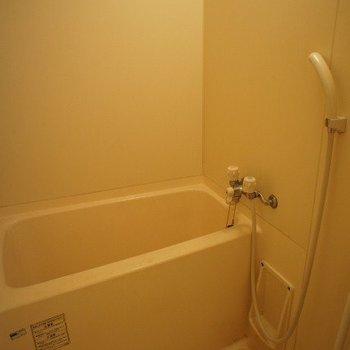 普通のお風呂※写真は同階反転間取り別部屋のものです