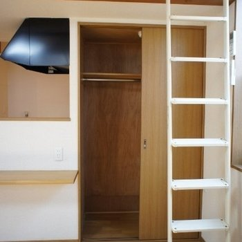 収納。はしごはたてかけられます。※写真は同階反転間取り別部屋のものです