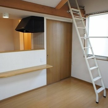 カウンターテーブルがあります※写真は同階反転間取り別部屋のものです