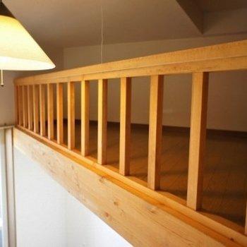 ロフトの柵と電灯※写真は同階反転間取り別部屋のものです