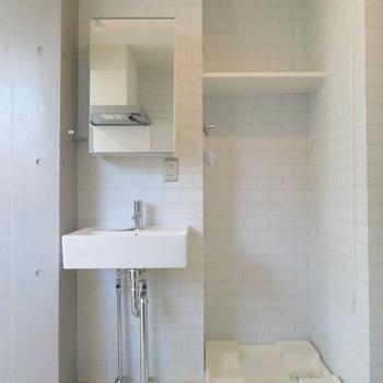 洗面台と洗濯機置場も無駄なく。※写真は4階の同間取り別部屋のものです