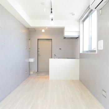 オープンキッチンが空間を広く見せてます。※写真は4階の同間取り別部屋のものです