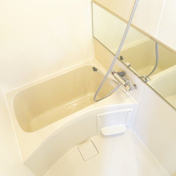 シャワーヘッドごっつめです。広くはない。※写真は4階の同間取り別部屋のものです