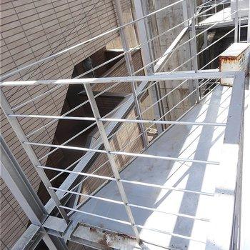 三角形のバルコニー※写真は2階の同間取り別部屋のものです