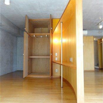 この曲がり具合がたまりませんね〜※写真は2階の同間取り別部屋のものです