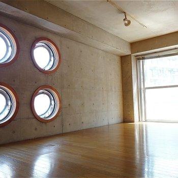 中から見た丸い窓※写真は2階の同間取り別部屋のものです