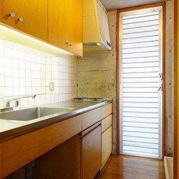キッチン。味が有りますが、綺麗ですね。※写真は2階の同間取り別部屋のものです