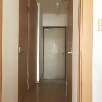 玄関までの道。(※写真は清掃前のものです)※写真は3階の同間取り別部屋のものです
