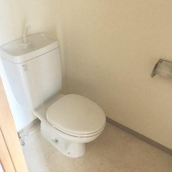 トイレはシンプルです。(※写真は清掃前のものです)※写真は3階の同間取り別部屋のものです