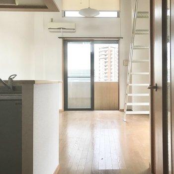 カウンターキッチンです。(※写真は清掃前のものです)※写真は3階の同間取り別部屋のものです