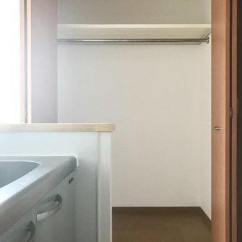 キッチン横にも収納が。パントリーに使っても◎(※写真は清掃前のものです)※写真は3階の同間取り別部屋のものです