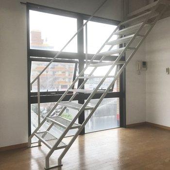 圧迫感のない階段。(※写真は清掃前のものです)※写真は3階の同間取り別部屋のものです