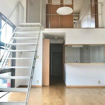 かなり天井の高い空間です。(※写真は清掃前のものです)※写真は3階の同間取り別部屋のものです