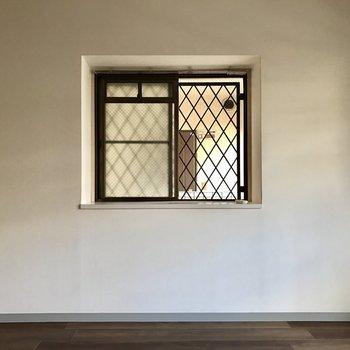 側面にも窓がある!