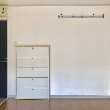 壁にあるハンガー掛けにはお気に入りの物たちを!※写真は2階の同間取り別部屋のものです