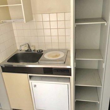 キッチン横にある棚があるのは嬉しいポイント。※写真は2階の同間取り別部屋のものです