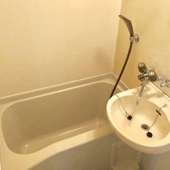 浴槽は深さがあります※写真は2階の同間取り別部屋のものです