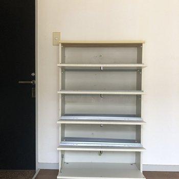 5段もある靴棚は一人暮らしに十分ですね。※写真は2階の同間取り別部屋のものです